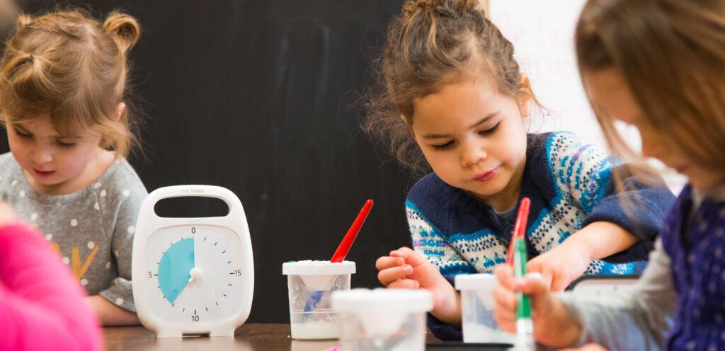 Barn på förskola med tidshjälpmedel visuell timer Time Timer Plus 20 min