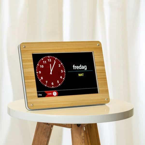 Clockaid minnesklocka med kalender och påminnelser. Demens, kognitiva funktionsnedsättningar. Bra tidshjälpmedel.