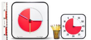 En Time Timer Large och en Time Timer MAX bredvid gula blyertspennor och en linjal