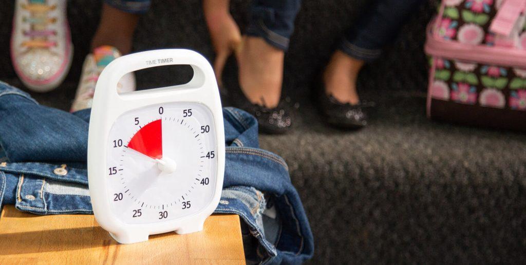 Time Timer Plus vit i hallen på morgonen