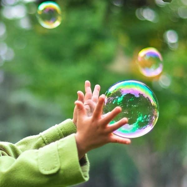 Bubbelmaskin för kontaktstyrning med barn som jagar bubblorna