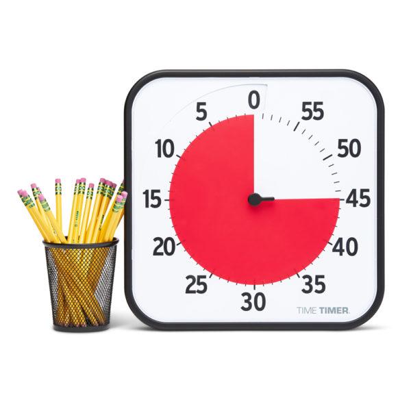 Time Timer Large är ett visuellt tidshjälpmedel med en stor röd skiva som visar tidens gång. Bredvid en burk med blyertspennor syns storleken tydligt.