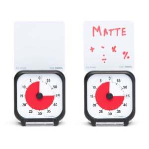 Två Time Timer Pocket som visar hur du kan använda whiteboard-kortet som ingår för att påminna om att det är matematik-lektion.