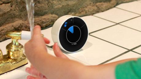 Barn tvättar händerna med hjälp av Time Timer WASH.